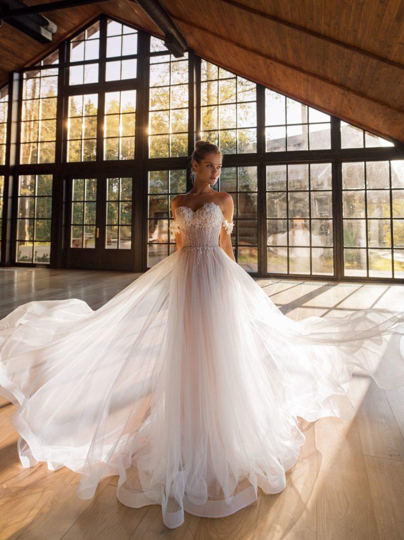 Свадебное платье со спущенными бретелями и открытым верхом