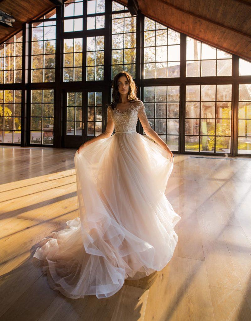 свадебное платье в приталенном силуэте с закрытым верхом