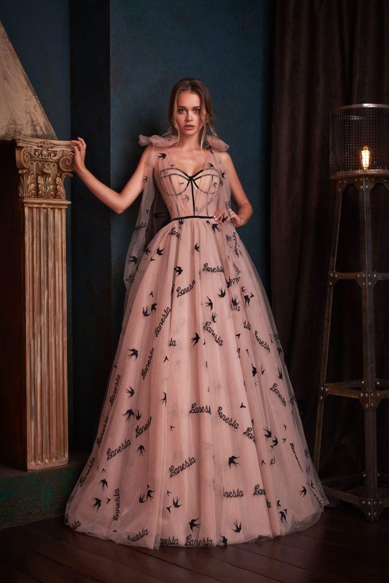 Вечернее платье пудрового оттенка с черным принтом