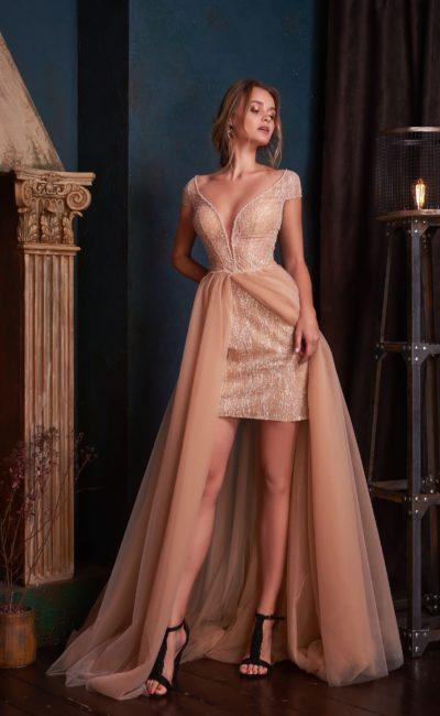 Блестящее короткое платье со шлейфом