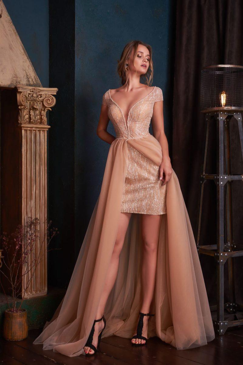 Вечернее платье с коротким рукавом теплого персикового оттенка