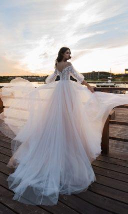 Свадебное платье с пышной многослойной юбкой