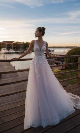Нежно-розовое свадебное платье с приталенным силуэтом