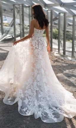 Свадебное платье с кружевными аппликациями