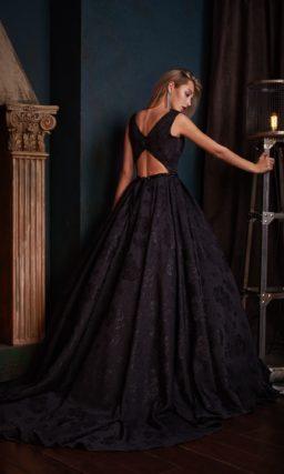 Бальное вечернее платье черного цвета с глубоким декольте