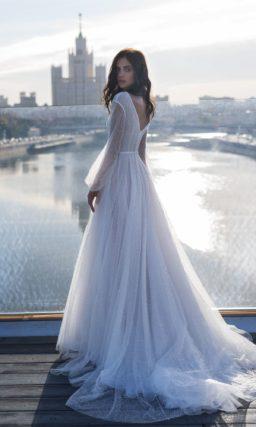 Блистательное свадебное платье со шлейфом