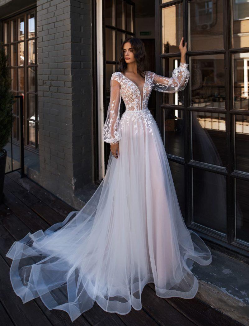 Свадебное платье с объемными прозрачными  рукавами