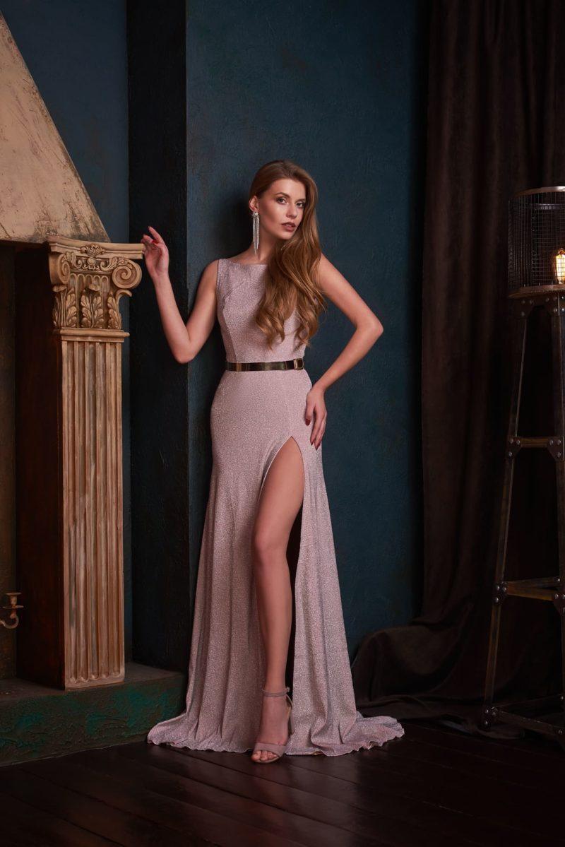 Вечернее платье с прямым силуэтом и вырезом-лодочкой