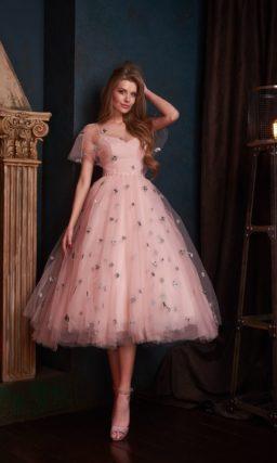 Нежно розовое вечернее платье миди с пышной многослойной юбкой