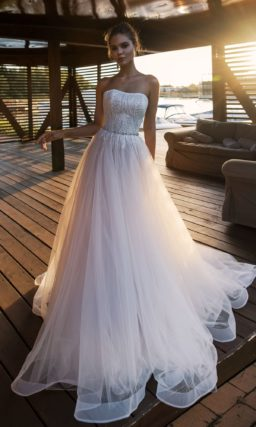 Стильное свадебное платье, открывающее плечики невесты