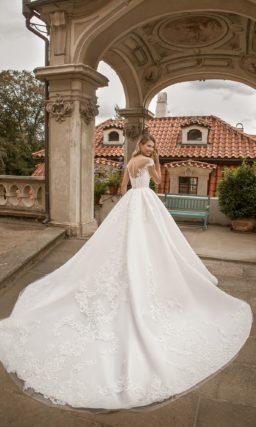 Пышное свадебное платье с длинным шлейфом