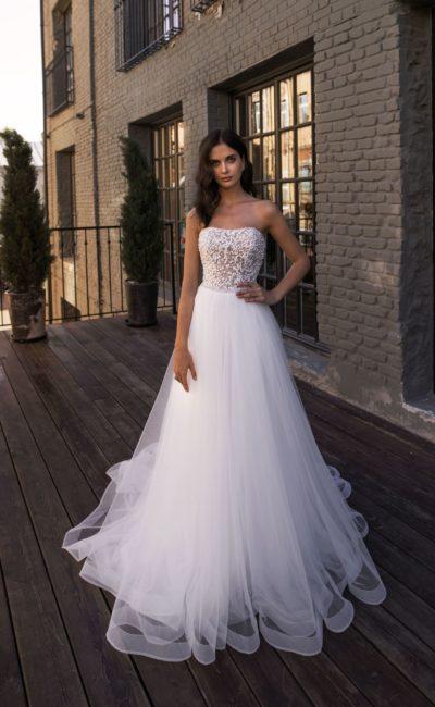 Свадебное платье с богатой отделкой