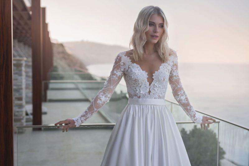 Красивое свадебное платье из атласа