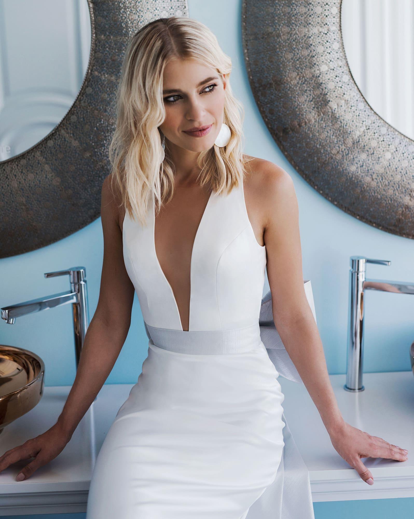 Сдержанное свадебное платье с шлейфом