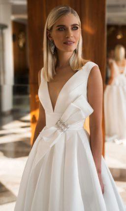 Шелковое свадебное платье с пышным низом