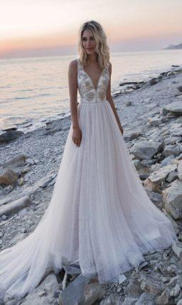 Свадебное платье с открытым верхом и воздушным многослойным низом
