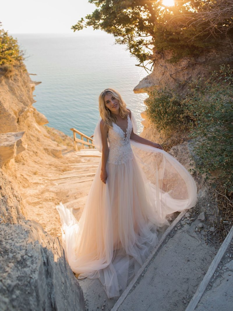 Платье теплого персикового оттенка