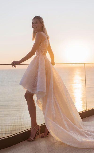 Короткое платье с шлейфом