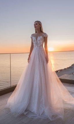 Нарядное свадебное платье с многослойной юбкой