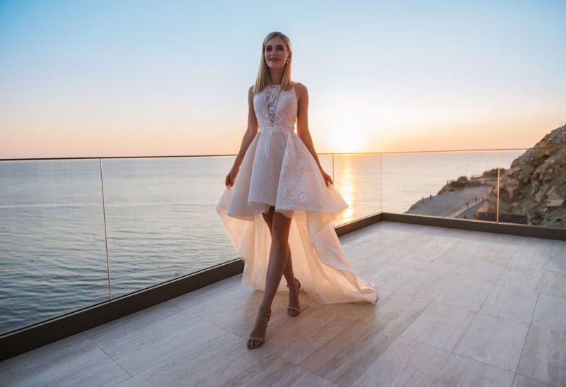 Короткое спереди свадебное платье со шлейфом