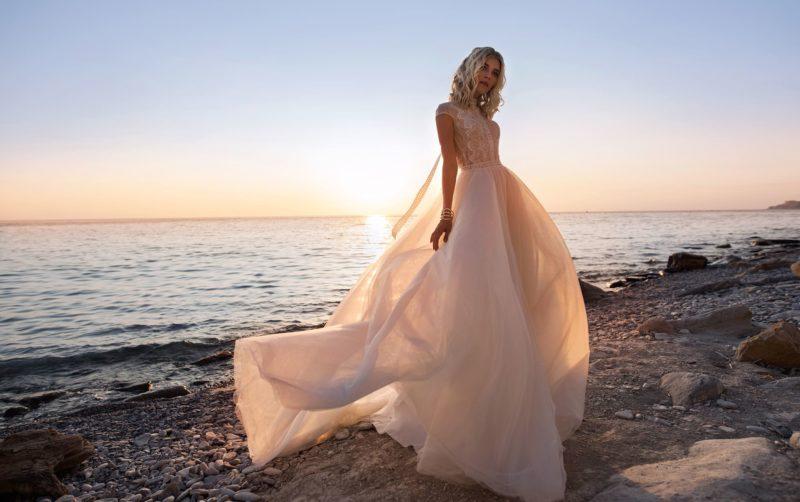 Свадебное платье с приталенным силуэтом и кружевной спинкой