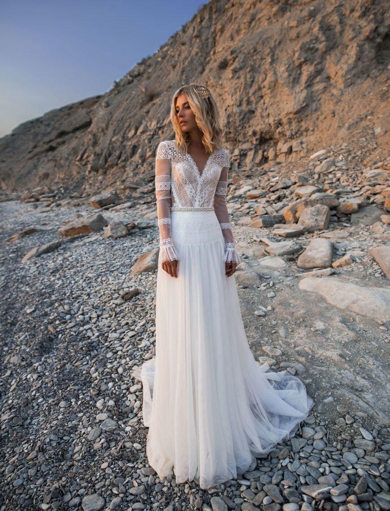 Свадебное платье с ажурным закрытым верхом