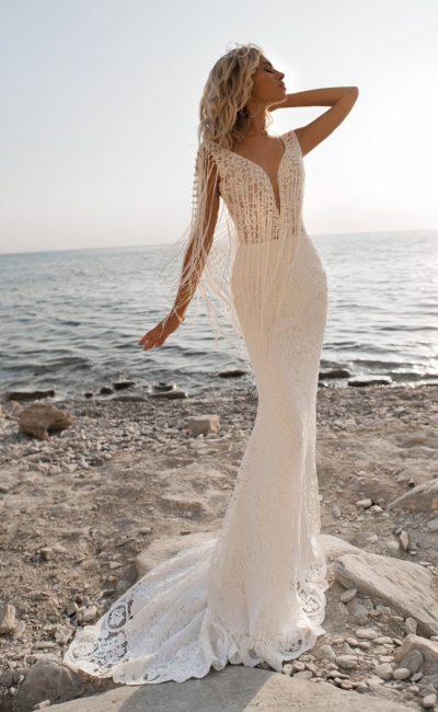 Платье с «русалочьим» силуэтом и бахромой