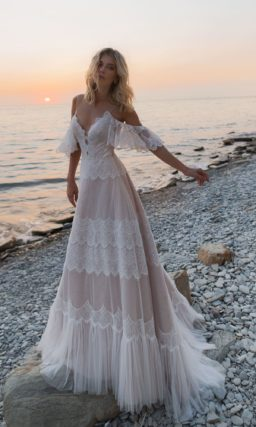 Свадебное платье с кружевным корсетом на бретельках