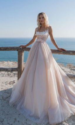 Платье нежно-розового оттенка