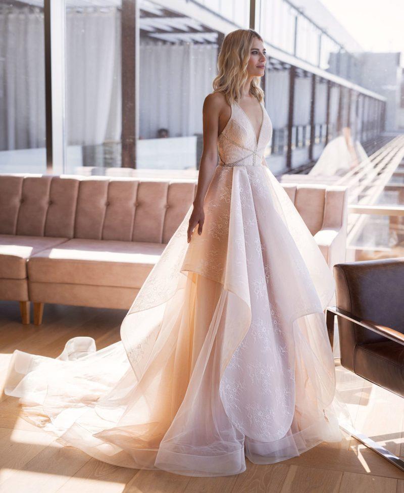 Модное платье оттенка пудра