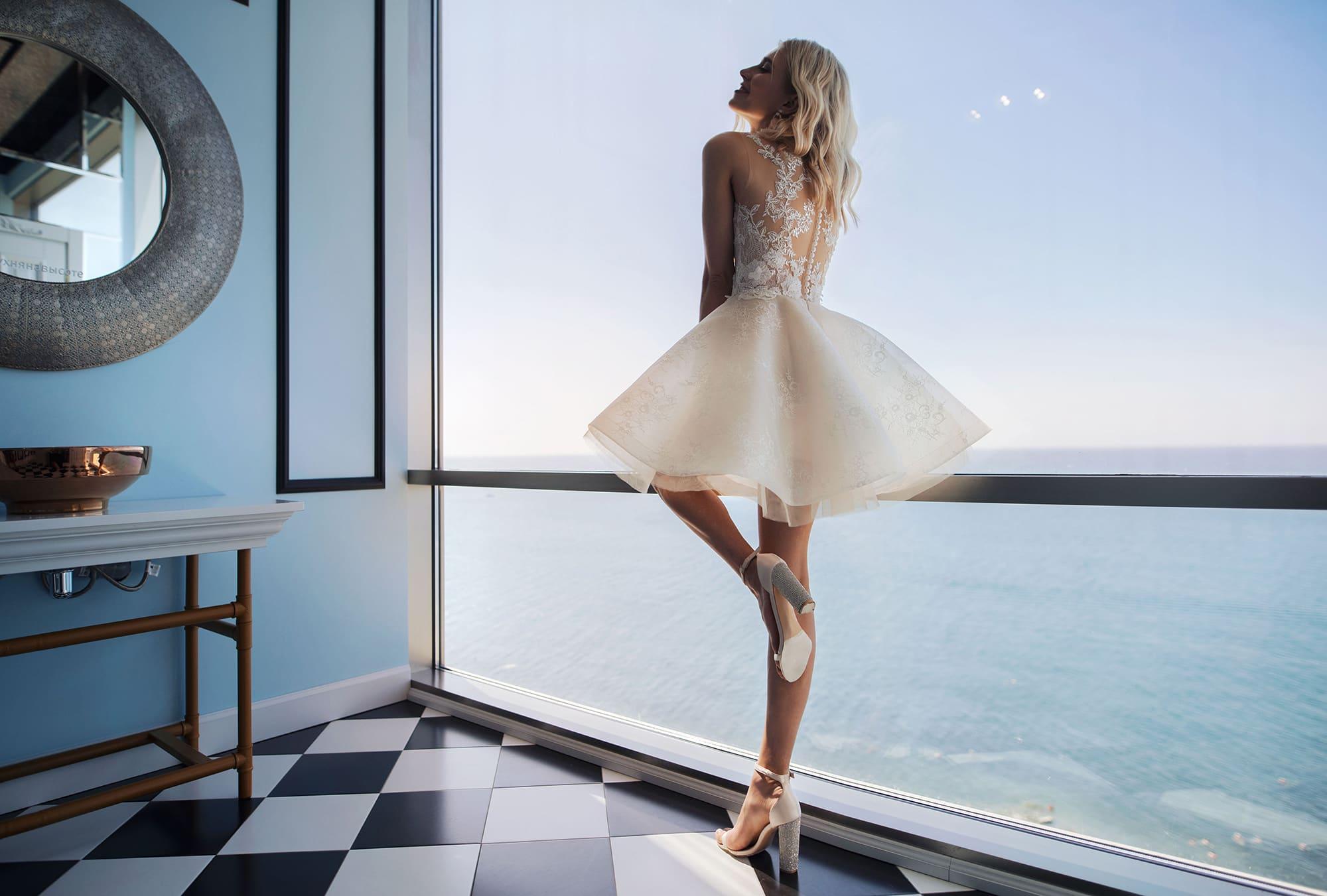 Платье с короткой пышной многослойной юбкой