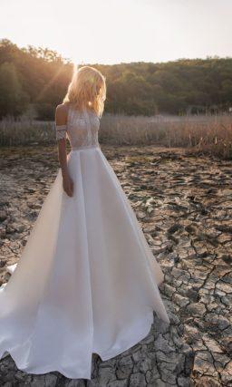 Свадебное платье с кружевным корсетом и пышной атласной юбкой