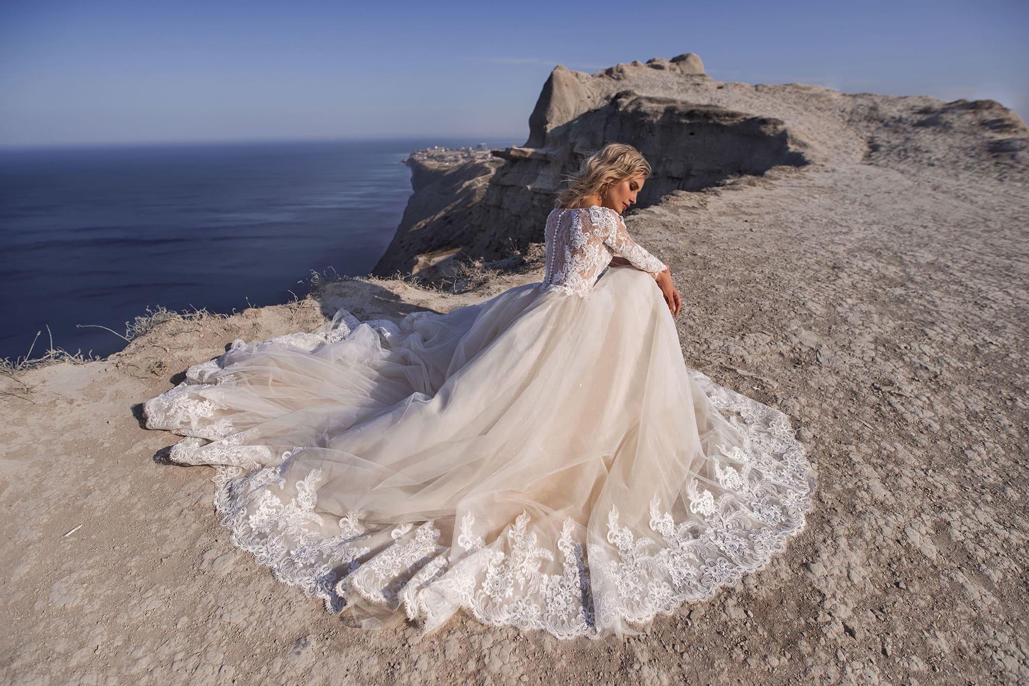 Свадебное платье с кружевным закрытым верхом и пышной юбкой