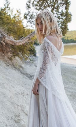 Платье с гипюровым корсетом