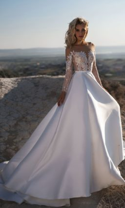 Шикарное свадебное платье с закрытым верхом и пышной юбкой