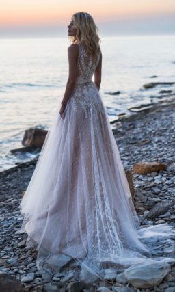Платье оттенка пудра