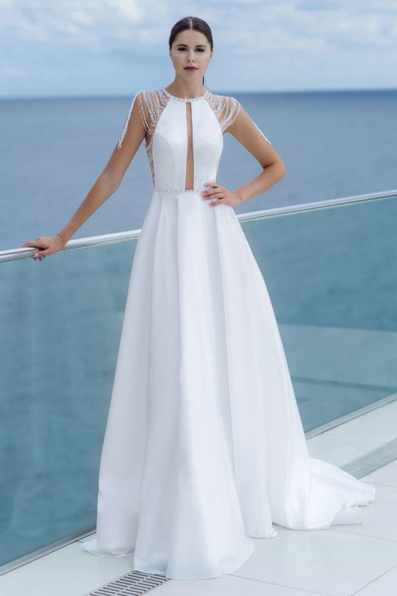 приталенное платье со шлейфом и открытой спиной