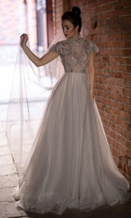 платье А-силуэта в благородном оттенке капучино