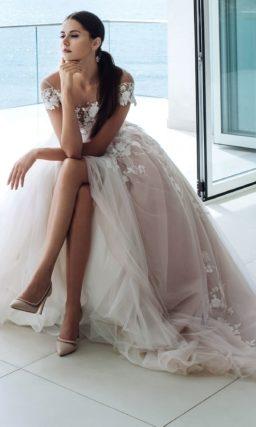 Пудровое платье с пышной юбкой
