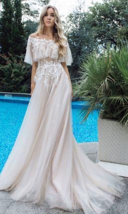 Легкое приталенное платье теплого бежевого оттенка
