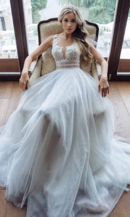 платье с открытой спиной и небольшим шлейфом