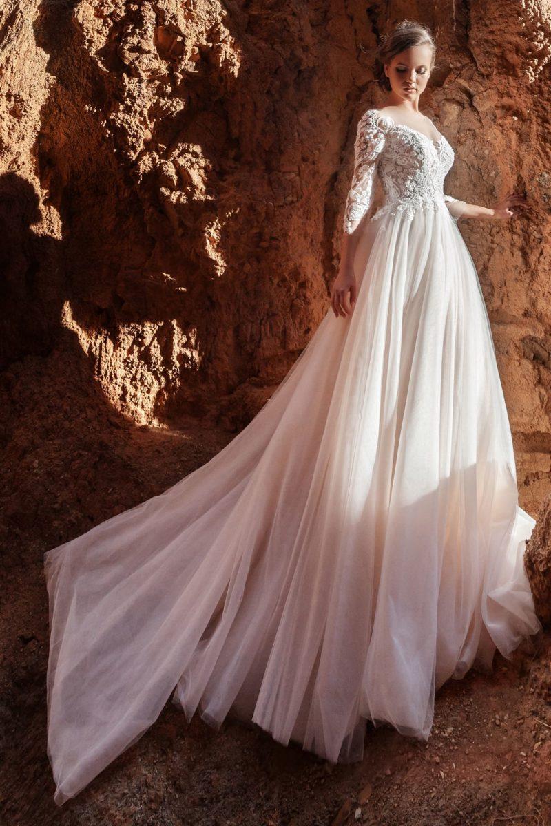 платье А-силуэта с роскошным кружевом и шлейфом