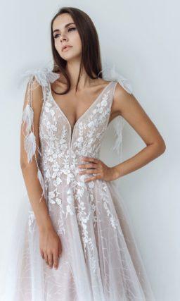приталенное платье со свободной юбкой и декором