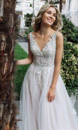 Платье А-силуэта с броским декором верха