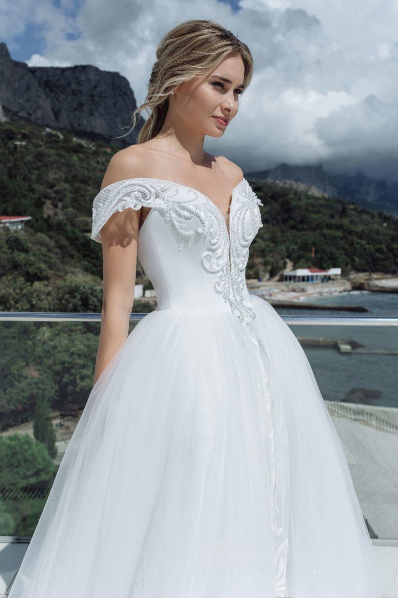 Свадебное пышное платье с портретным декольте