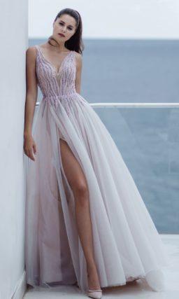 Приталенное платье со свободной юбкой