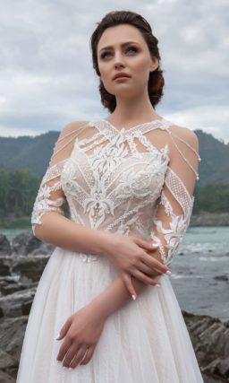 приталенное платье с декором и аккуратным шлейфом