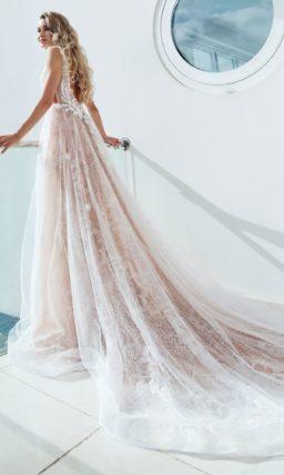 платье приталенного силуэта со шлейфом в пудровом цвете