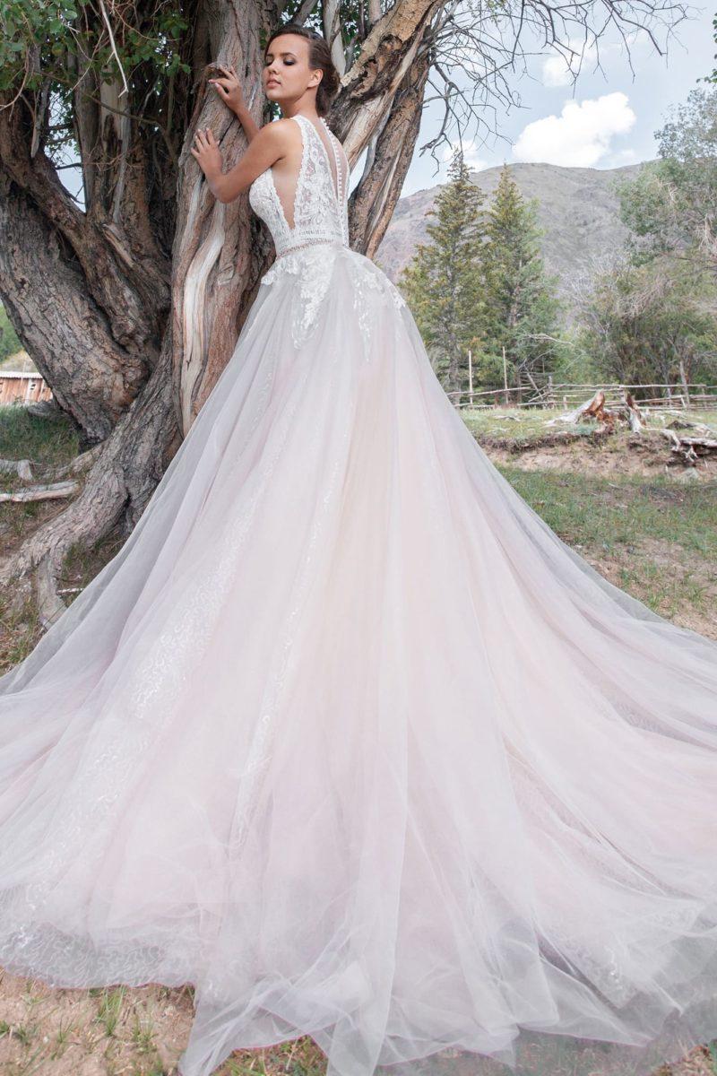 Платье А-силуэта с воздушной юбкой со шлейфом и ажурным верхом