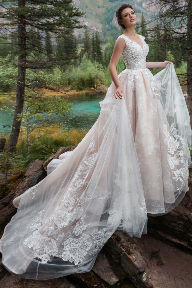 платье пудрового оттенка с длинным шлейфом
